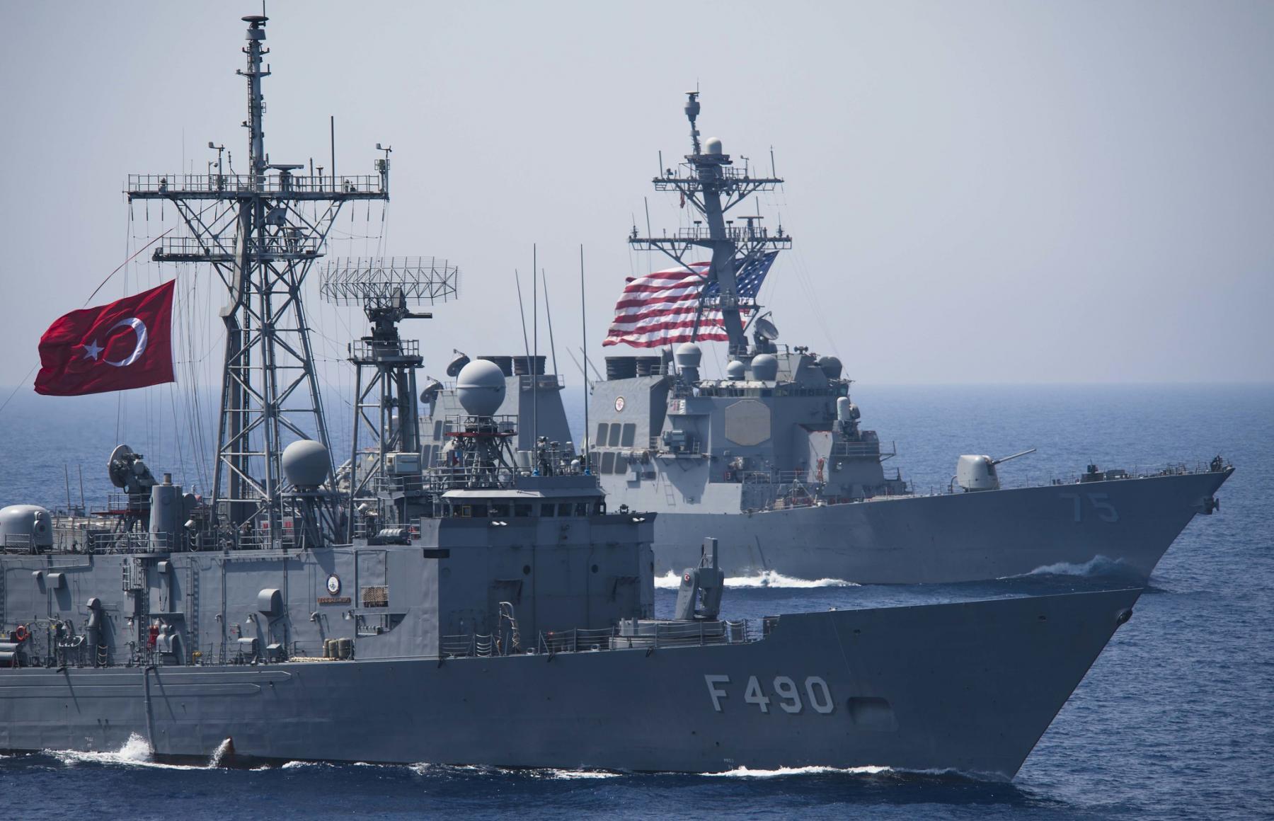 Gabya sınıfı TCG Gaziantep fırkateyni ve Arleigh Burke sınıfı USS Donald Cook muhribi - Doğu Akdeniz